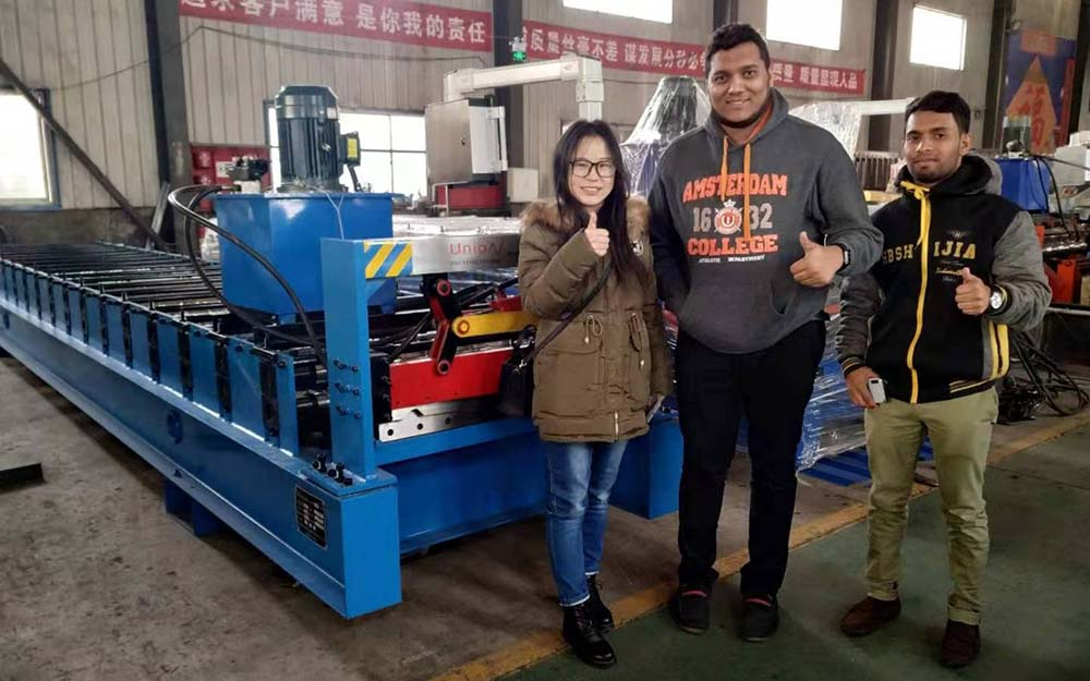 The customer came to inspect the trapezoidal tile roll forming machine today